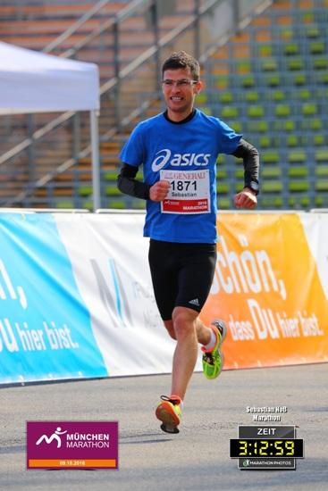 """München-Marathon 2016: Sebastian Hoss aus Mechernich-Bleibuir beim Zieleinlauf in das denkmalgeschützte Olympiastadion von 1972. Für den bekennenden Bayern-Fan war es ein besonderer Moment, in das frühere """"Wohnzimmer"""