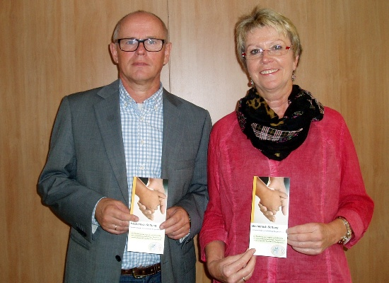 Der Vorsitzende der Mechernich Stiftung, Ralf Claßen, gratuliert seiner neuen Stellvertreterin Maria Jentgen. Foto: Privat/pp/Agentur ProfiPress